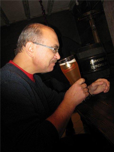 Андрей, когда дегустирует пиво, делает такое выражение лица, что пощады ждать не приходится. Но в этот раз даже он снял шляпу перед предоставленным пивом и после первых же глотков моментально подобрел