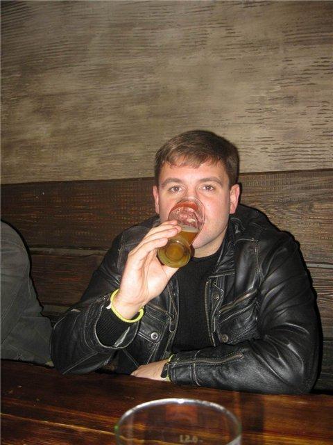 А Вася за рулем, пил только маленькими бокальчиками. У нас в Беларуси такой закон - пьешь маленькими бокалами - добро пожаловать за руль - хоть ты их двадцать штук выпей. В общем Васин девиз - алкоголь в малых дозах безопасен в любых количествах!