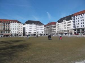 Площадь Мариенхоф. Большое открытое пространство для выгула людей в центре Мюнхена.