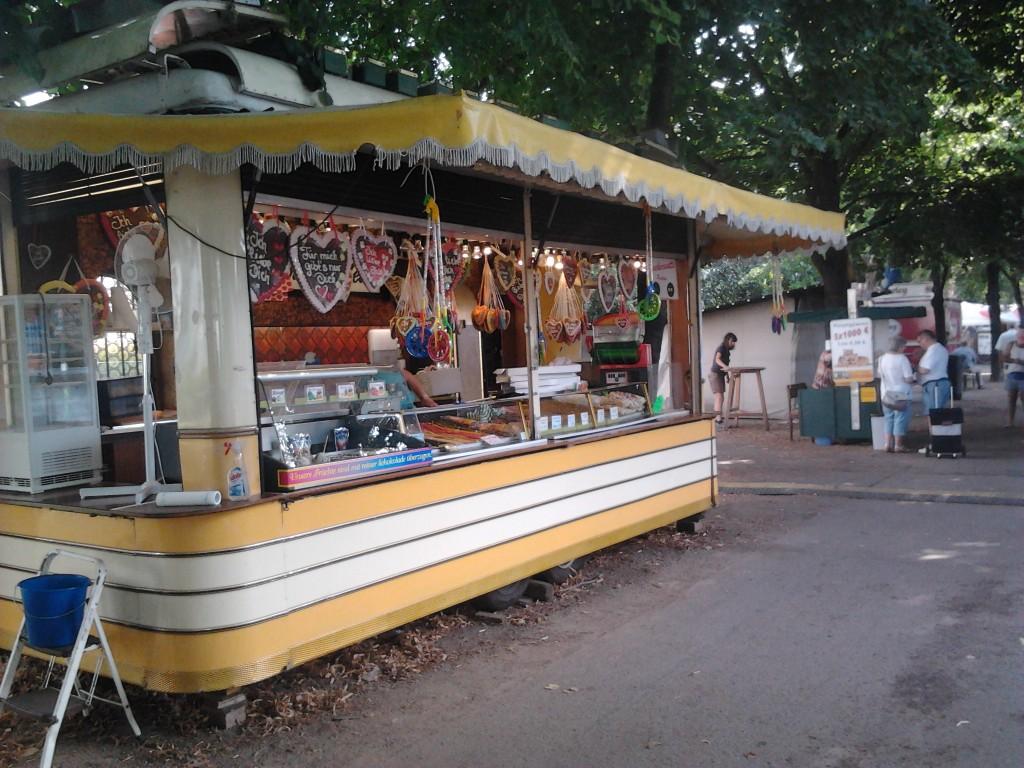 Не пивом единым. Есть, конечно, на фестивале и вкусняшки разные: кондитерские палатки, сырная-колбасная продукция, гриль-точки.
